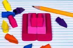 Ołówkowe gumki brogować i rozpraszać na szkole wyższa rządzili napełniacz papkę Fotografia Stock