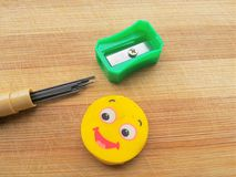 Ołówkowy pióro, ołówkowy prowadzenie i gumka na drewnianym tle, obrazy stock