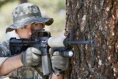 Żołnierz Celuje Maszynowego pistolet Fotografia Stock