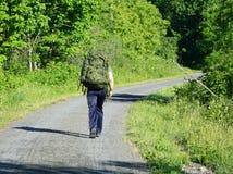 Żołnierz chodzi samotnie obraz stock