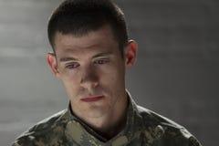 Żołnierz horyzontalny patrzeje smutnym i puszkiem, Zdjęcia Stock