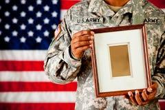 Żołnierz: Mienia en obrazka Pusta rama Obraz Stock
