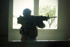 Żołnierz Ogląda cel Fotografia Royalty Free
