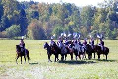 Żołnierz przejażdżki konie Zielonej trawy i drzew tło Fotografia Stock