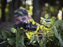 Żołnierz strzelanina od kałasznikowu przyczajenia Fotografia Stock