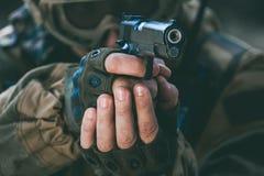 Żołnierz trzyma krócicę w występie zadania w kamuflażu i ochronnych rękawiczkach Zdjęcie Royalty Free