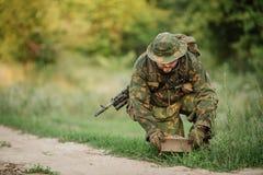 Żołnierz ustawiająca kopalnia w trawie obrazy stock