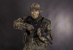 Żołnierz w kamuflażu M4 i nowożytnej broni Zdjęcia Stock
