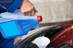 Żołnierza dolewania przedniej szyby płuczki fluid W samochód obrazy royalty free