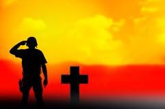 Żołnierza i grób przecinające sylwetki Fotografia Royalty Free