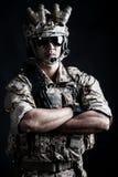 Żołnierza mężczyzna chwyta agresywna moda Fotografia Stock