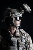 Żołnierza mężczyzna chwyta agresywna moda Zdjęcia Stock