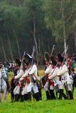 Żołnierza marsz na zielonej trawie. niosą pistolety. Zdjęcia Stock