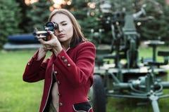 Żołnierza mienia pistolet w jej ręce Obraz Stock