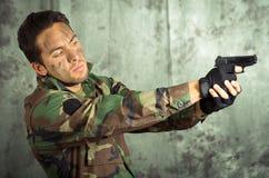 Żołnierza militar łaciński mężczyzna wskazuje pistolet Fotografia Royalty Free