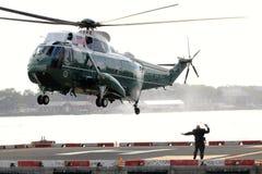 Żołnierza piechoty morskiej Jeden VH-3D lądowanie na Wall Street Heliport Obrazy Stock