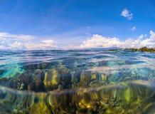 Żołnierza piechoty morskiej krajobraz z przejrzystą wodą i niebem Przejrzysty seawater z rafą koralowa pod wodą Fotografia Stock