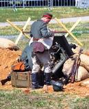 Żołnierze ładują działo Mincer Nivelle bitwy reenactment obraz royalty free