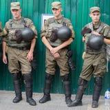 Żołnierze gwardia narodowa Ukraina utrzymywać rozkaz podczas religijnych korowodów parafianów Ortodoksalnego kościół Ukraińskiego Zdjęcia Royalty Free