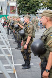 Żołnierze gwardia narodowa Ukraina utrzymywać rozkaz podczas religijnych korowodów parafianów Ortodoksalnego kościół Ukraińskiego Obraz Stock