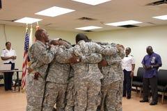 Żołnierze w grupowym uściśnięciu Zdjęcie Royalty Free