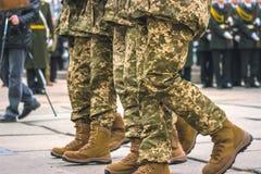 Żołnierze w kamuflażu wojskowym uniformu w marsz pozyci Zdjęcie Stock
