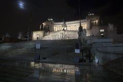 Ołtarz fatherland świątyni noc (piazza Venezia, Roma -) fotografia stock