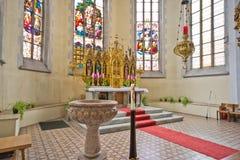Ołtarzowa i chrzestna chrzcielnica w kościół katolickim obraz royalty free