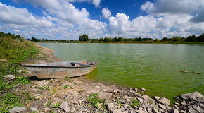 Ośniedziała łódź przy riverbank Zdjęcie Royalty Free