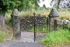 Ośniedziała żelazna cmentarniana brama, Glendalough, Irlandia Zdjęcie Stock