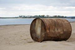 Ośniedziała baryłka na brzeg rzeki Problemy ekologia i zanieczyszczenie środowiska obrazy stock
