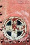 Ośniedziała czerwień plus dodaje krzyża szyldowego symbol na starym metalu tła tex Fotografia Royalty Free