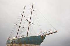 Ośniedziała drewniana żaglówka czeka skrobać w Azores Portugalia Fotografia Stock