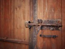 Ośniedziała kłódka na drewnianym drzwi obrazy royalty free