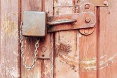 Ośniedziała kłódka na starym drewnianym drzwi Zdjęcie Royalty Free