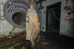 oÅ›niedziaÅ'a kuchenka w zaniechanej fabryce zdjęcie royalty free