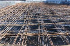 Ośniedziała metal armatury sieć dla budynek budowy obraz stock