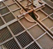 Ośniedziała metal kratownica z starym kędziorkiem zdjęcie royalty free