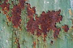 Ośniedziała metal powierzchnia z krakingową zieloną farbą, abstrakcjonistyczna ośniedziała metal tekstura, ośniedziały metalu tło Obraz Stock