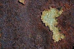 Ośniedziała metal powierzchnia z krakingową zieloną farbą, abstrakcjonistyczna ośniedziała metal tekstura, ośniedziały metalu tło Obrazy Stock