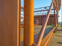 Ośniedziała przemysłowa stalowa budowa na quay Zdjęcie Stock
