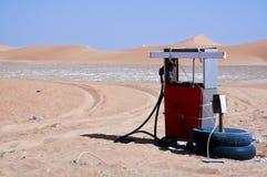 Ośniedziała retro Tankuje pompa w pustyni zdjęcie royalty free