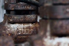 Ośniedziała Stalowa żuraw drymba Indiana - Zaniechanego Indiana wojska Amunicyjna zajezdnia - zdjęcie stock