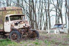 Ośniedziała stara ciężarówka na trawie obrazy stock