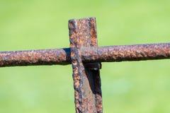 Ośniedziała stara metal sekcja ogrodzenie zdjęcie stock