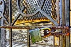 Ośniedziała, stara, zamknięta kłódka na zapadce, horizontally zdjęcia royalty free