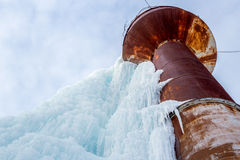 Ośniedziała wieża ciśnień zakrywająca z błękita lodem przy zima czasem Zdjęcie Royalty Free