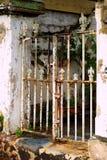 Ośniedziała Wietrzejąca metal Frontowa brama Fotografia Stock