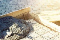 Ośniedziałe rebar siatki z szpachelką w betonowej podłoga Fotografia Royalty Free