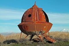 Ośniedziałego metalu Obcy statek kosmiczny w polu Zdjęcie Stock